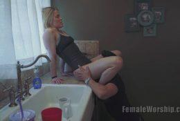 Licking twat girlfriend on the kitchen