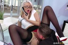 Secretary answers the phone call and enjoy cunt licking